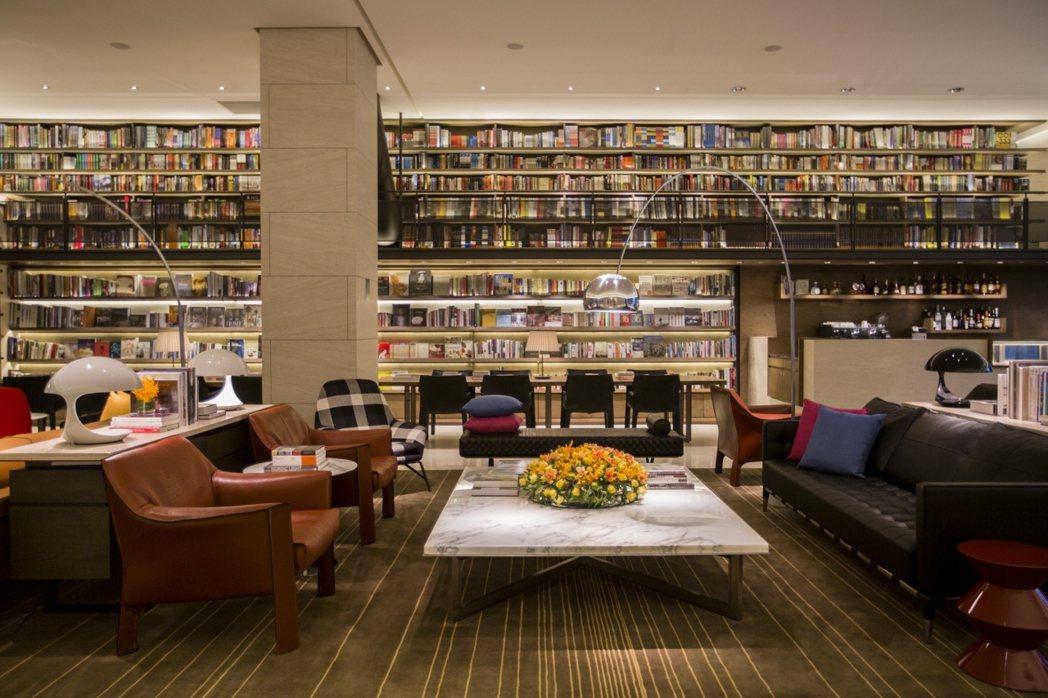 誠品行旅The Lounge大廳書坊,可瀏覽5,000冊大型書牆。誠品行旅/提供