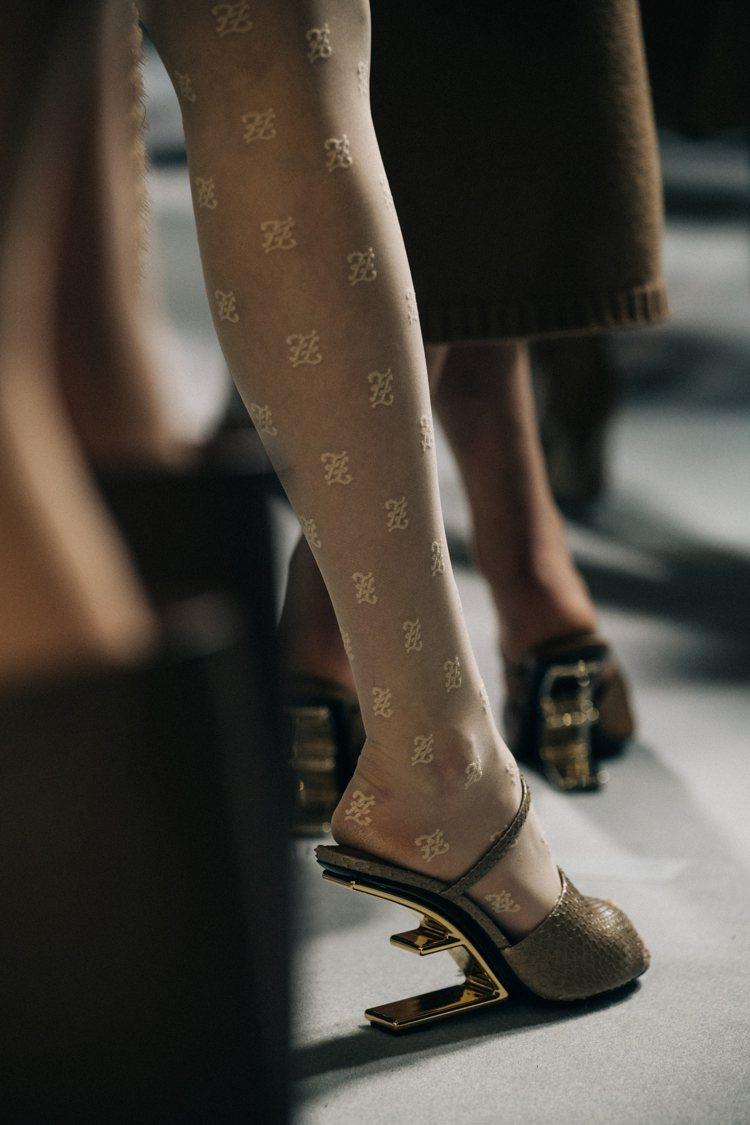 FENDI First鞋跟以F字設計,表現上建築線條的俐落。圖/FENDI提供