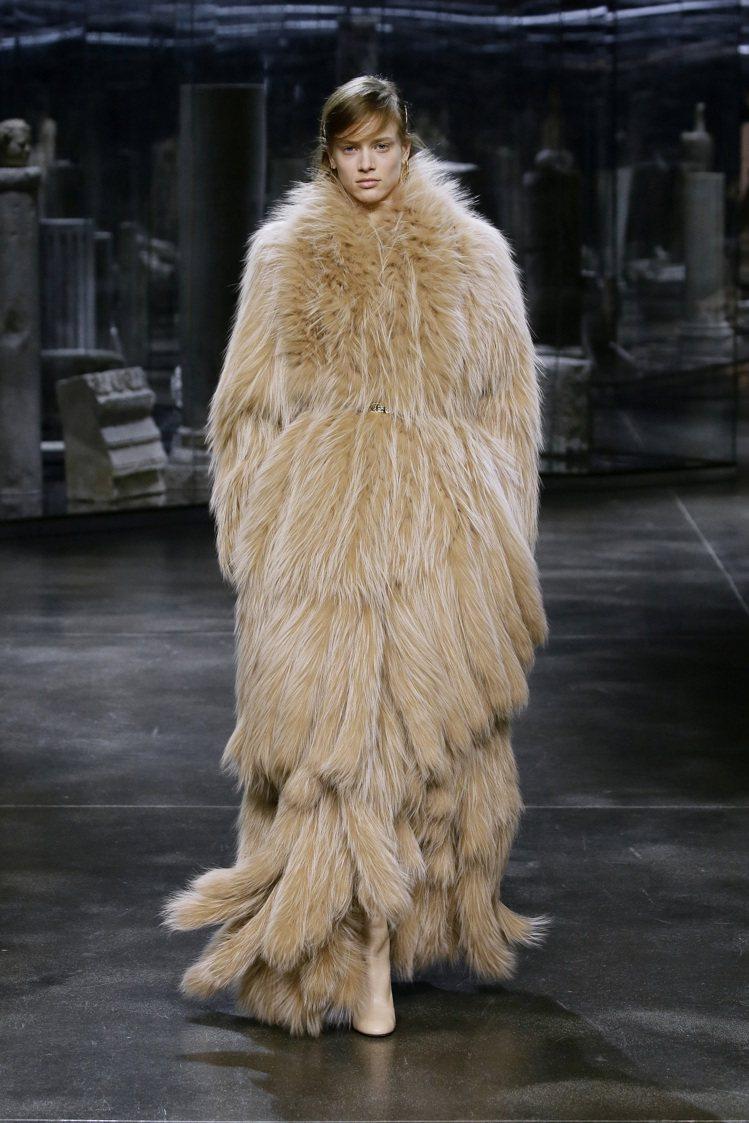 各式各樣的奢華皮草展現FENDI品牌的經典造型。圖/FENDI提供