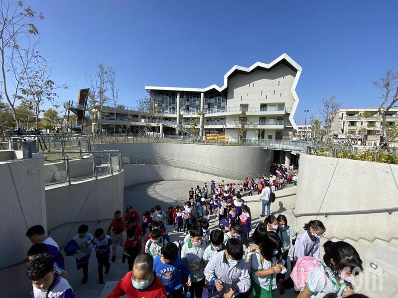 台南市安慶國小學生今天徒步到台江文化中心,為「台江建庄2百年願景3年展」暖身。記者鄭惠仁/攝影