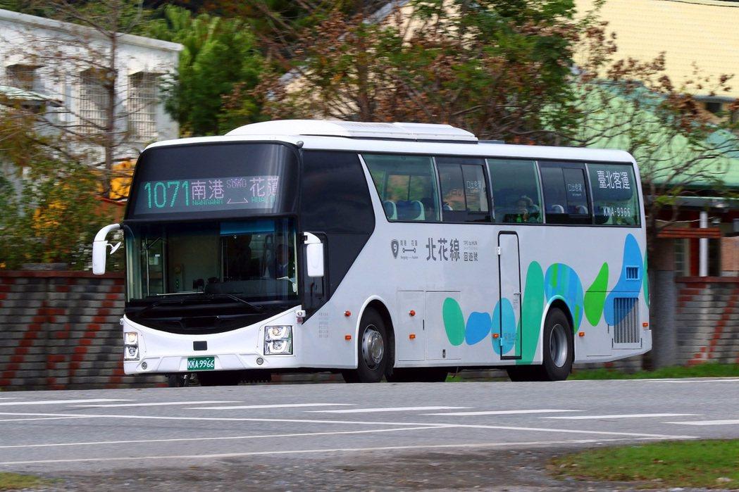 首都及臺北客運因應228連續假期,往返宜蘭、花蓮等東部地區有優惠票價。  圖/首...