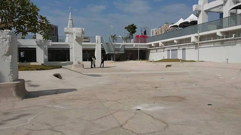 河樂廣場刻意營造出少見的都會區水景,誰能想得到,去年3月才啟用的廣場因為缺水旱象停止供水,只剩一片乾涸的白色廣場。圖/讀者提供