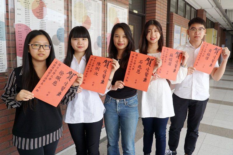 大葉大學生醫系大四學生陳俐汝、黃銘偉、石兆恩、徐珮慈、蘇暄潔等5人錄取台灣大學碩士班,並同時考取其他國立大學研究所。圖/大葉大學提供
