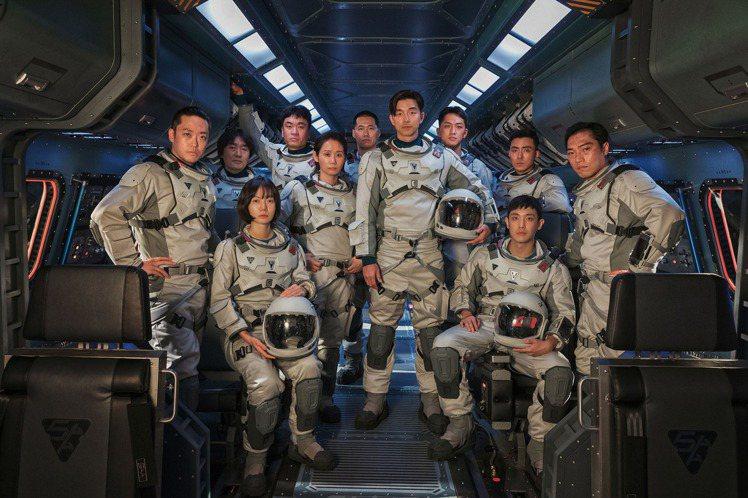 孔劉(中)首度挑戰演出太空人,將在最新韓劇「寂靜的大海」拯救全人類。圖/Netf...