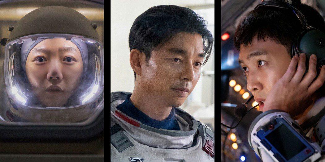 裴斗娜(左)、孔劉以及李準主演科幻劇「寂靜的大海」,眾多演員挑戰穿著太空衣,裴斗...