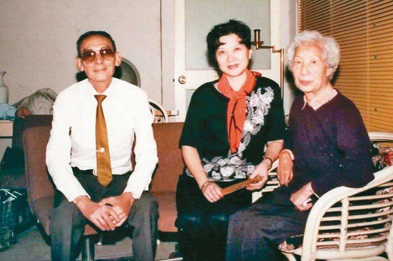 華文漪(中)、李沛(左)與張清徽老師合影。(圖/廖玉蕙提供)