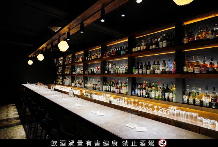 馬賽克酒吧開設於2012年,長吧檯散發高級日式質感,值得一探。圖 / 東和商貿提...