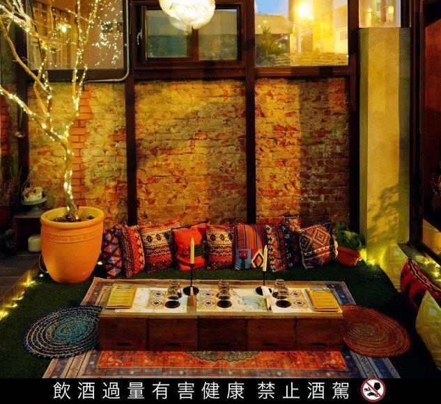老磚牆、民俗風沙發與地毯,每天只開晚上8點到11點的超限定小酒吧,原來藏身合法民...