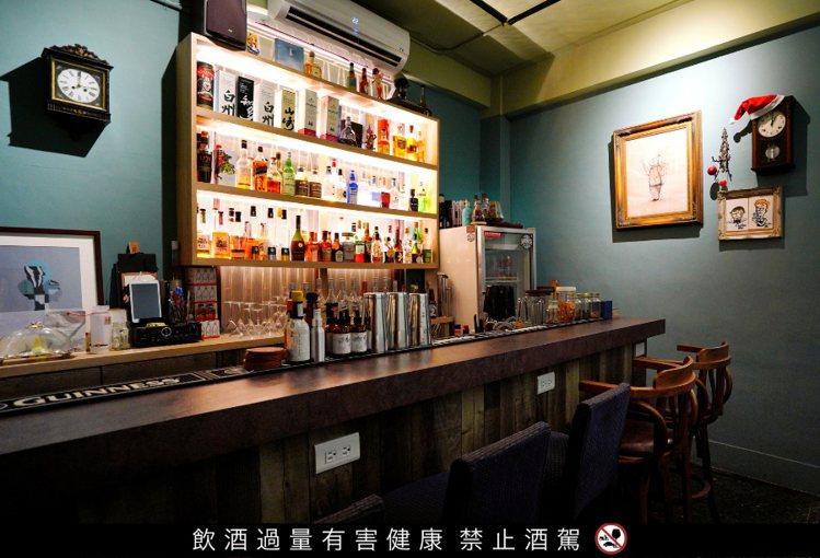以咕咕鐘為主題的「咕咕吧(Cuckoo Bar)」,空間乾淨、風格討喜逗趣,吧檯...