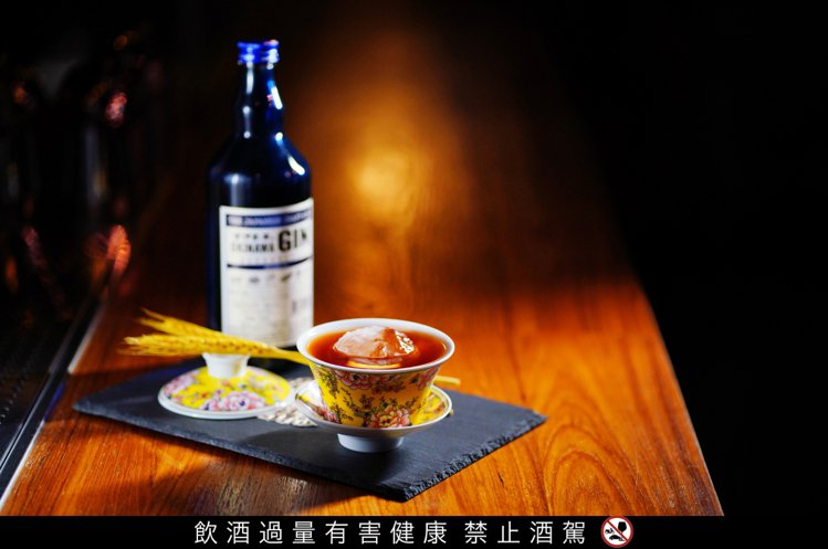 「散漫酒吧」特調的「火神降臨」,融入沖繩古宇利島傳說,搭配帶有煙燻香氣的可可及地...