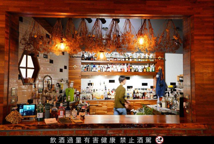 擁有白磚牆、乾燥花的「Eye Drinks」散發酒吧少有的文藝氣息。圖 / 東和...