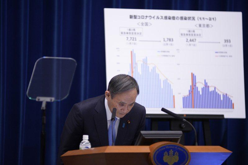 日本首相菅義偉執政以來內憂外患。圖為菅義偉在2月2日的記者會一開始時鞠躬問候。歐新社