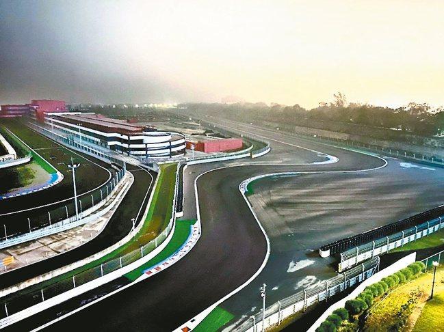 入夜後的麗寶賽車場,寧靜中帶著山雨欲來的競速氛圍。圖/陳志光