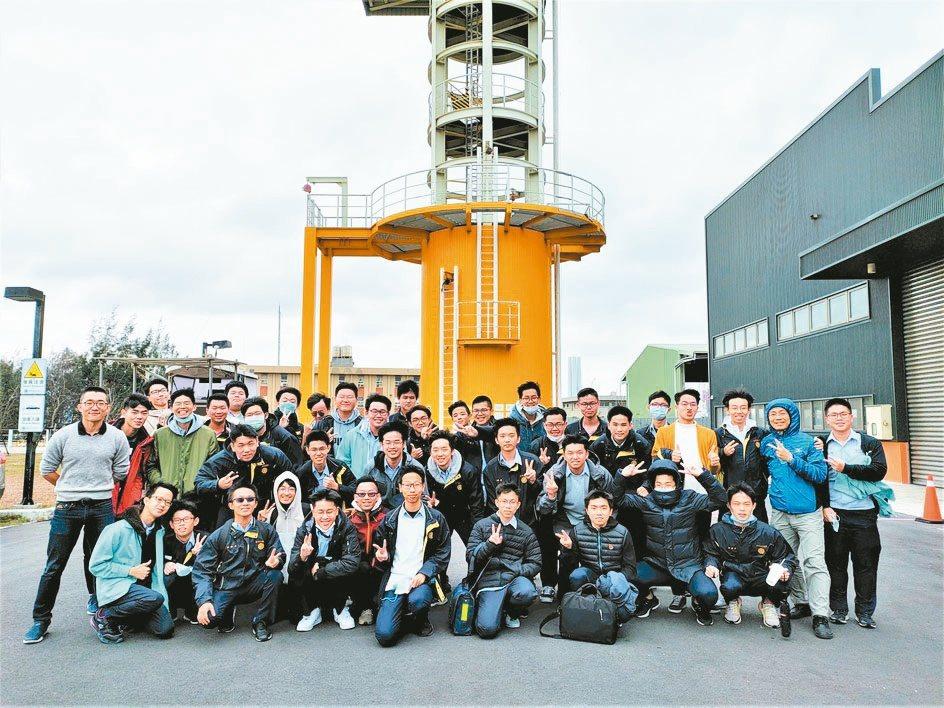 朝陽科大安排臺中高工學子至臺灣風能訓練中心參訪,在21公尺高風機模擬訓練塔,模擬...