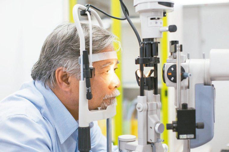 老年人的眼皮容易鬆弛、眼瞼結構無力而往內翻,導致睫毛生長方向往內倒插。圖╱123...
