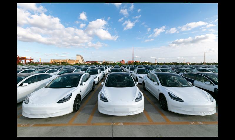 圖為去年10月19日上海市外高橋港區準備出口到歐洲的特斯拉Model 3。(新華社)