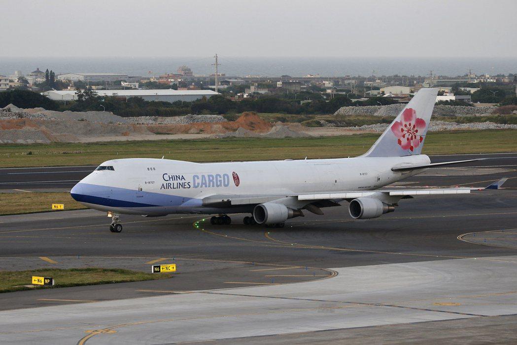 華航、長榮航表示,航空貨運漲價計畫主要是反映人力成本攀升及未來市場需求。(本報系...