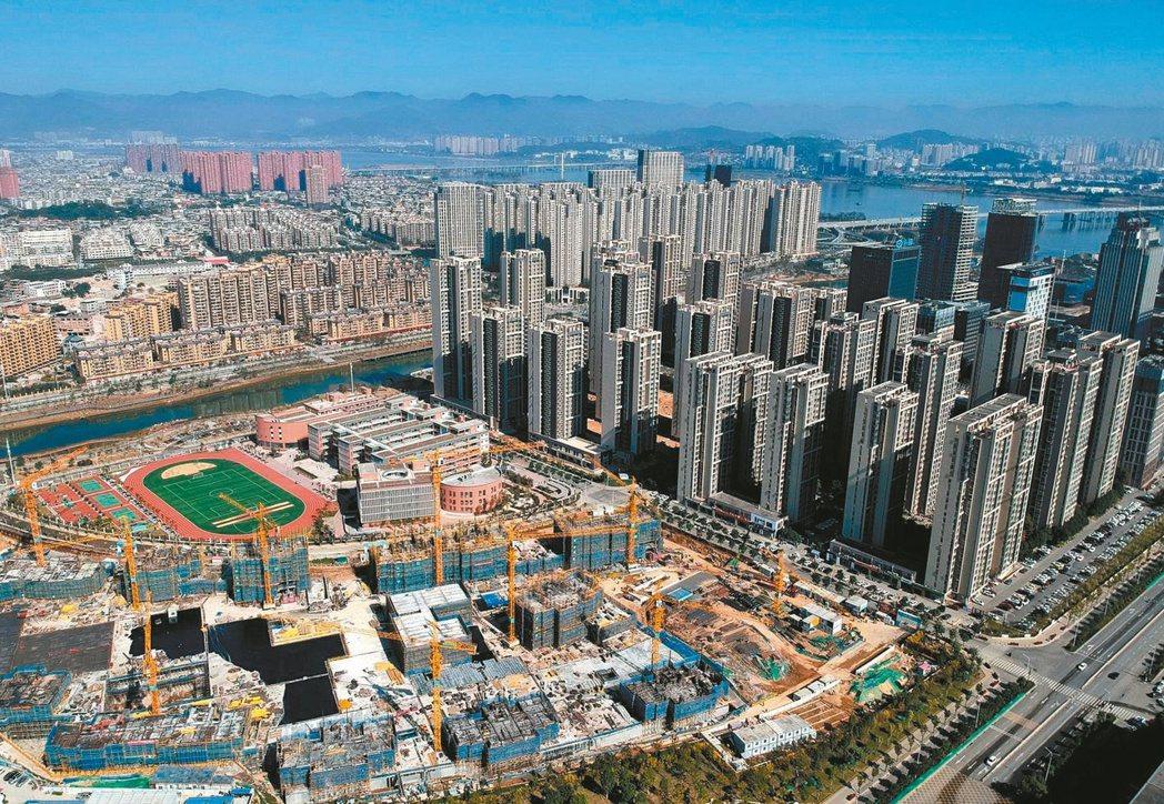 大陸房市調控再出招,從集中土地供應著手來降低土地價格,青島、鄭州及天津等多地近日...
