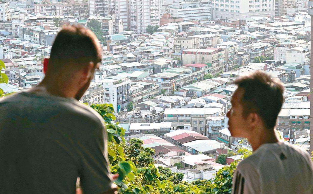 財政部昨公布全台去年實際擁有「非自住」房屋者達四十八萬人,比前年多二點五萬人。本...