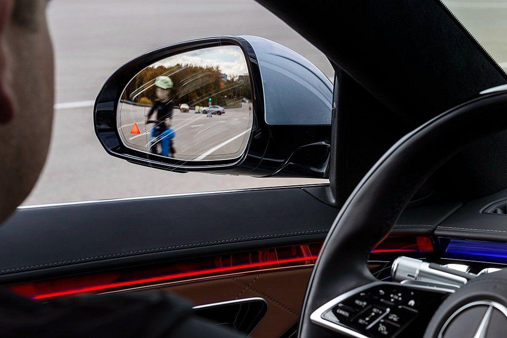 主動盲點輔助含離車警示輔助功能再升級,讓駕駛安全下車。 圖/Mercedes-B...