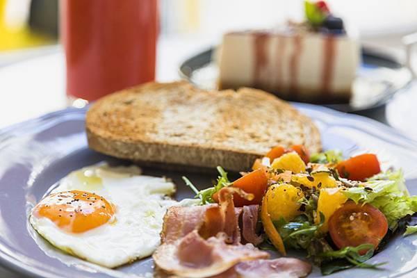 近代許多研究認為早餐的攝取與肥胖以及許多慢性疾病的行程是相關的,早餐吃得好且吃的...