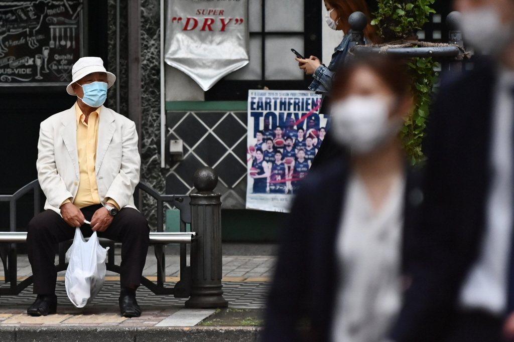 這次為了預防病毒,隔絕外界一切,反而將高齡者推入另一種不利的狀態。 圖/法新社