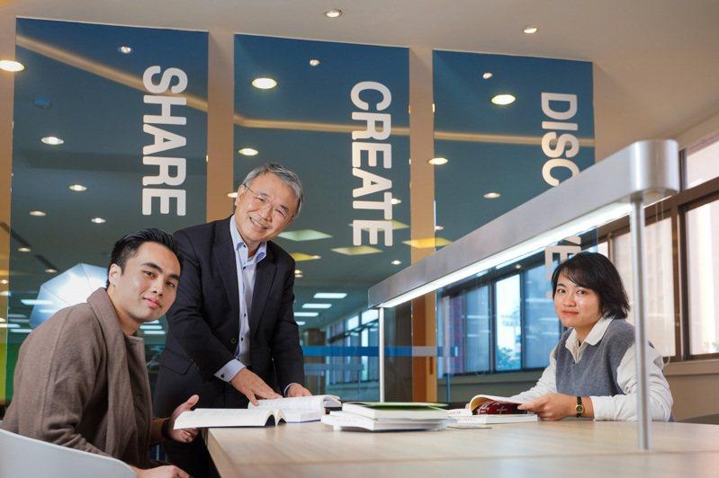 義守大學校長陳振遠(中)致力推動跨域創新,營造雙語環境,鼓勵學生多元文化交流。圖/義守大學提供