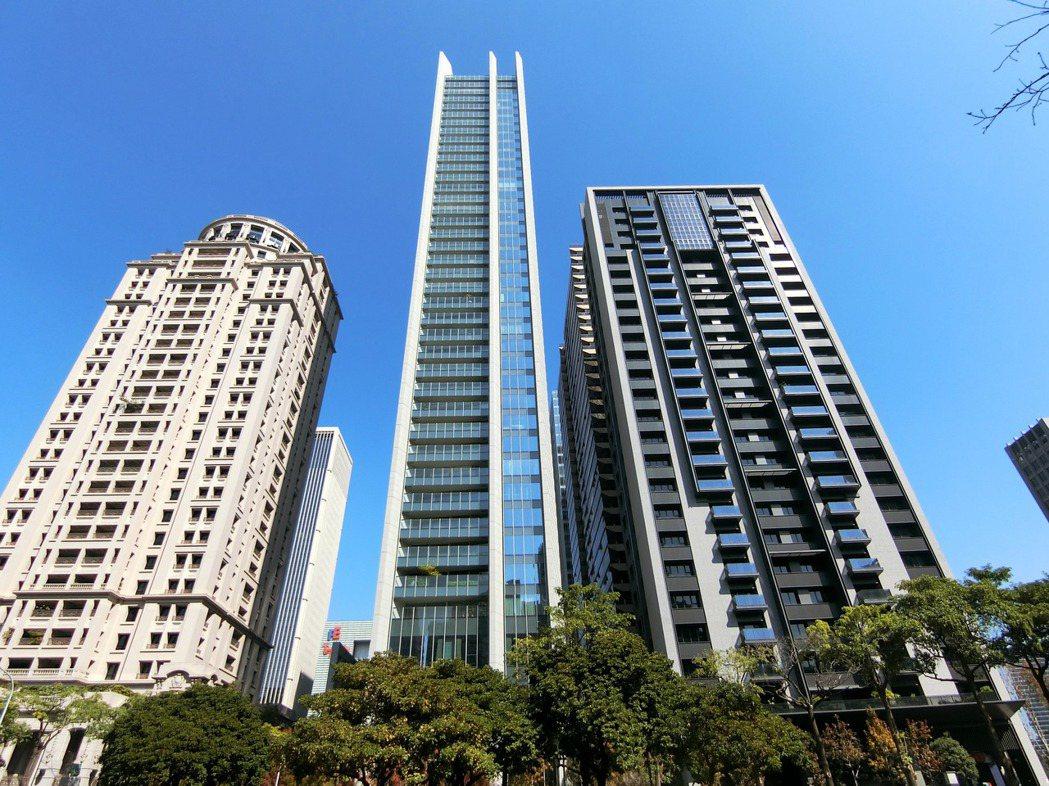 豪宅「宝格」(中央建物)的基地部分土地,是台中首見300萬單價的精華地。 (圖/...