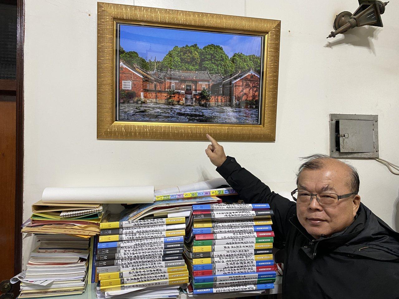 黃耀祿家中企畫書堆疊成山。牆上掛著祖厝「泉水窩江夏堂」的畫作。 圖/高宇震 攝影