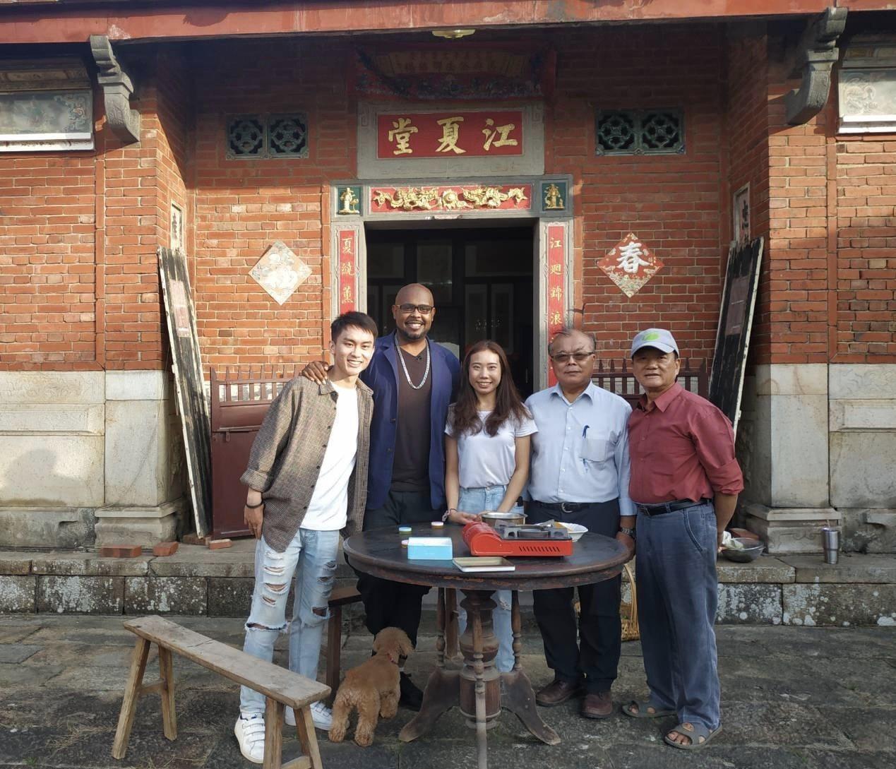 藝人杜力(左二)在去年花彩節期間,到泉水窩江夏堂拍攝農事體驗DIY。 圖/黃耀祿...