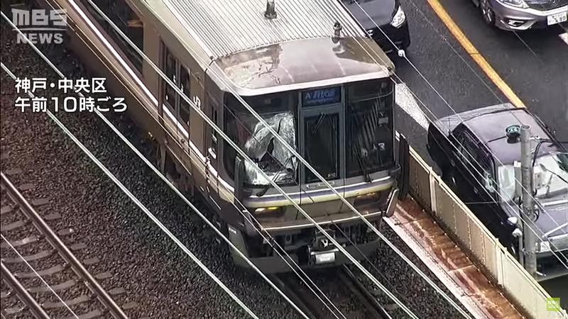 日本神戶今日(26日)發生一起意外,一位男子突然從月台飛身出去撞上電車。由於當時電車不停靠該站因此並未減速,造成男子當場死亡,車頭玻璃全毀,若干乘客受傷。圖擷取自YOUTUBE