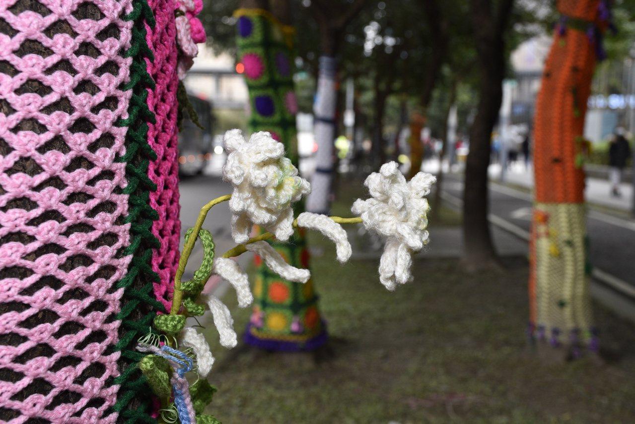 樹衣上的裝飾品,全都是陳郭寶桂親手編織鉤出來的。 圖/鍾維軒 攝影