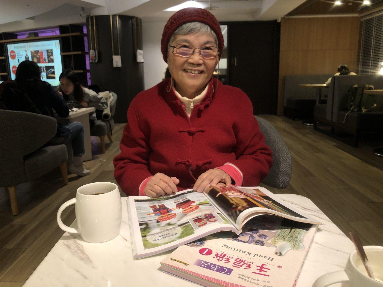 國寶級手做編織師陳郭寶桂穿著活潑,頭上的毛帽也是自己編出來的。 圖/鍾維軒 攝影