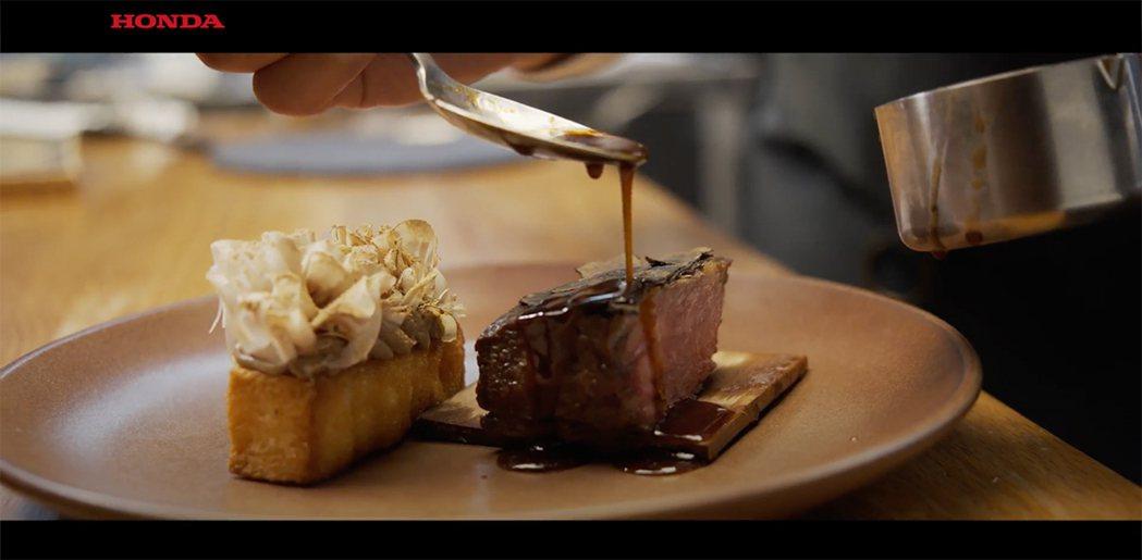 精緻的擺盤融和食材的風韻與廚師的手藝,也提升感官層次的滿足。 圖/截自影片