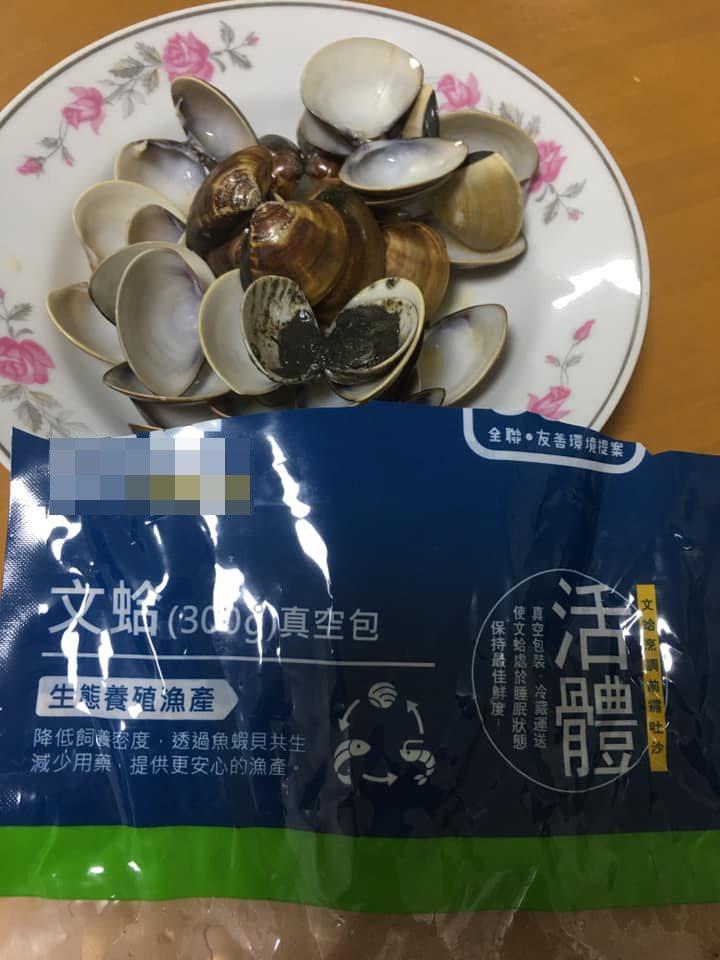 一名女網友買了一袋蛤蜊回家,吐了一晚沙後仍然有幾顆「遺珠」,有內行人建議下鍋前要先敲敲看。 圖/翻攝自「我愛全聯-好物老實説」