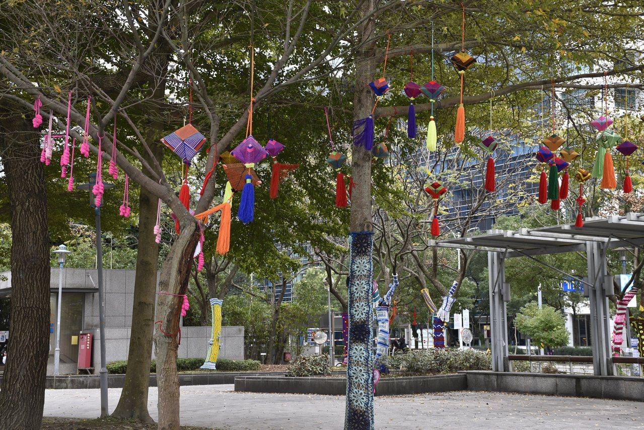 除了樹衣外,樹枝上的掛飾也都是編織品,充滿濃濃年節氣氛。 圖/鍾維軒 攝影