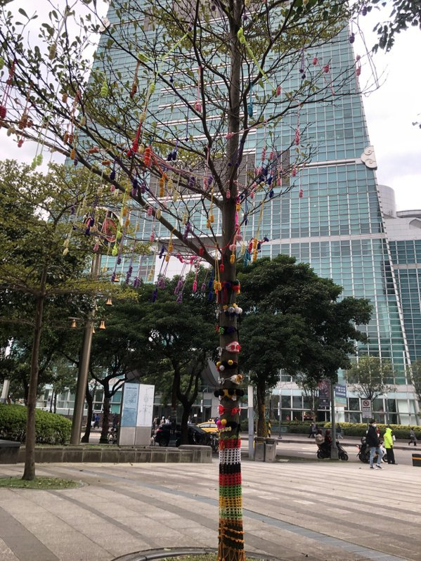 雖然樹上的葉子所剩無幾,但掛上手做編織品後,變得生意盎然。 圖/鍾維軒 攝影