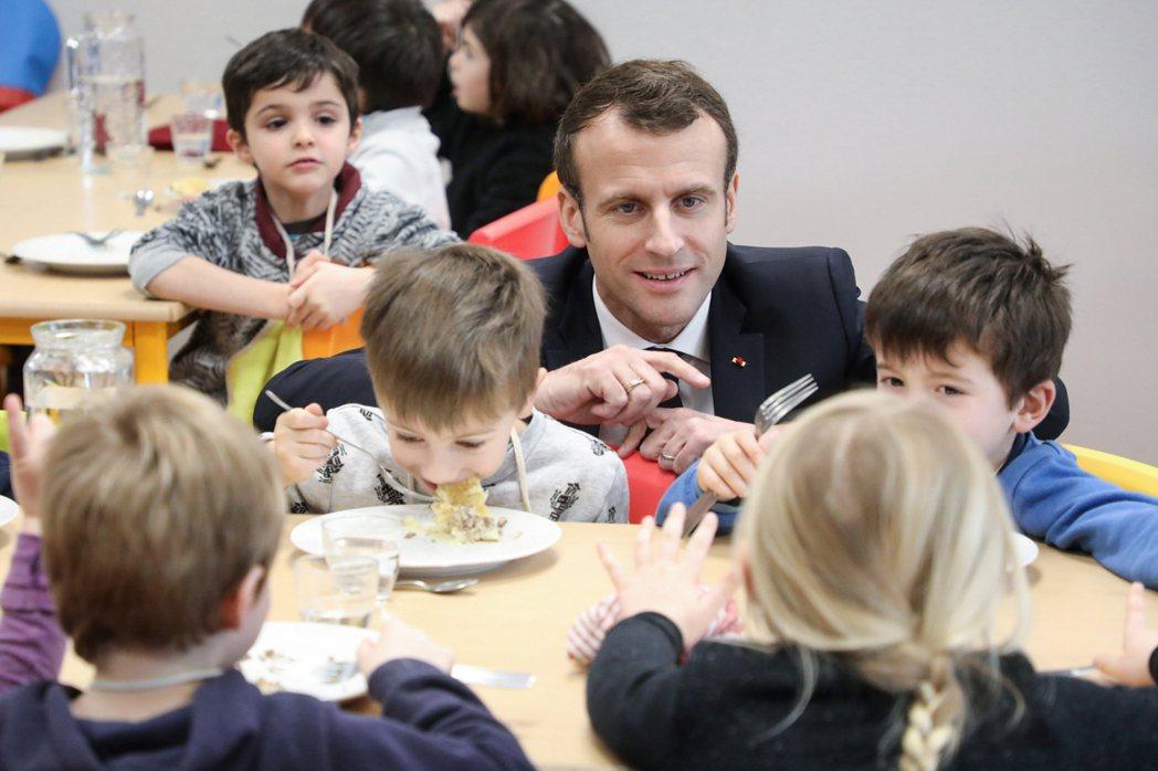 「小弟弟,分叔叔吃一口好不好...?」事實上,法國營養午餐的「全國素食化實驗」,...