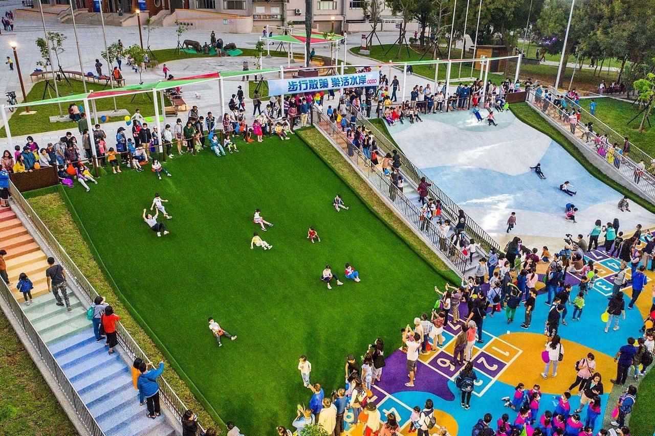 嘉義市立棒球場前有還有高度超過4米、寬度超過12米的人工草皮滑草場。 圖/嘉市府...
