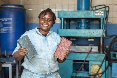 Nzambi Matee以回收廢塑料,製造出超堅硬磚頭。圖/Gjenge Makers