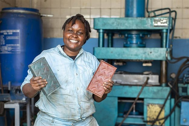 Nzambi Matee以回收廢塑料,製造出超堅硬磚頭。圖/Gjenge Mak...