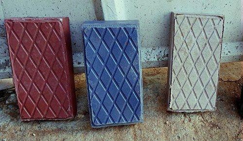 回收廢料所製成的磚頭,硬度比水泥製高2倍。圖/Gjenge Makers