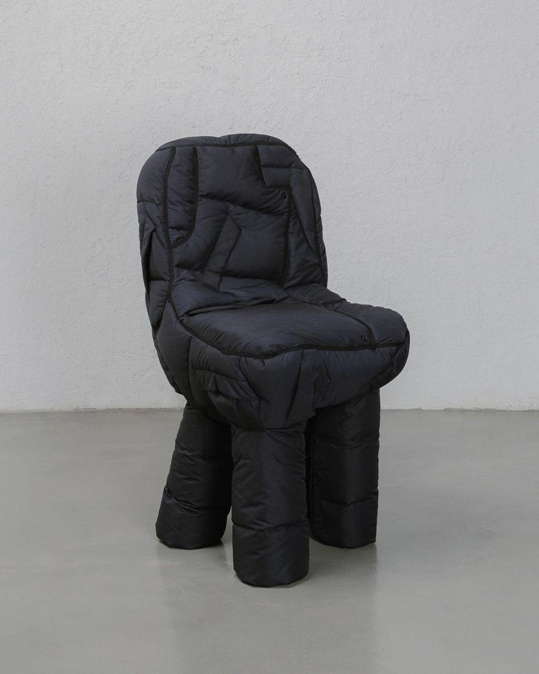 羽絨外套款沙發,耐髒汙且坐起來相對舒適。圖/Jinyeong Yeon
