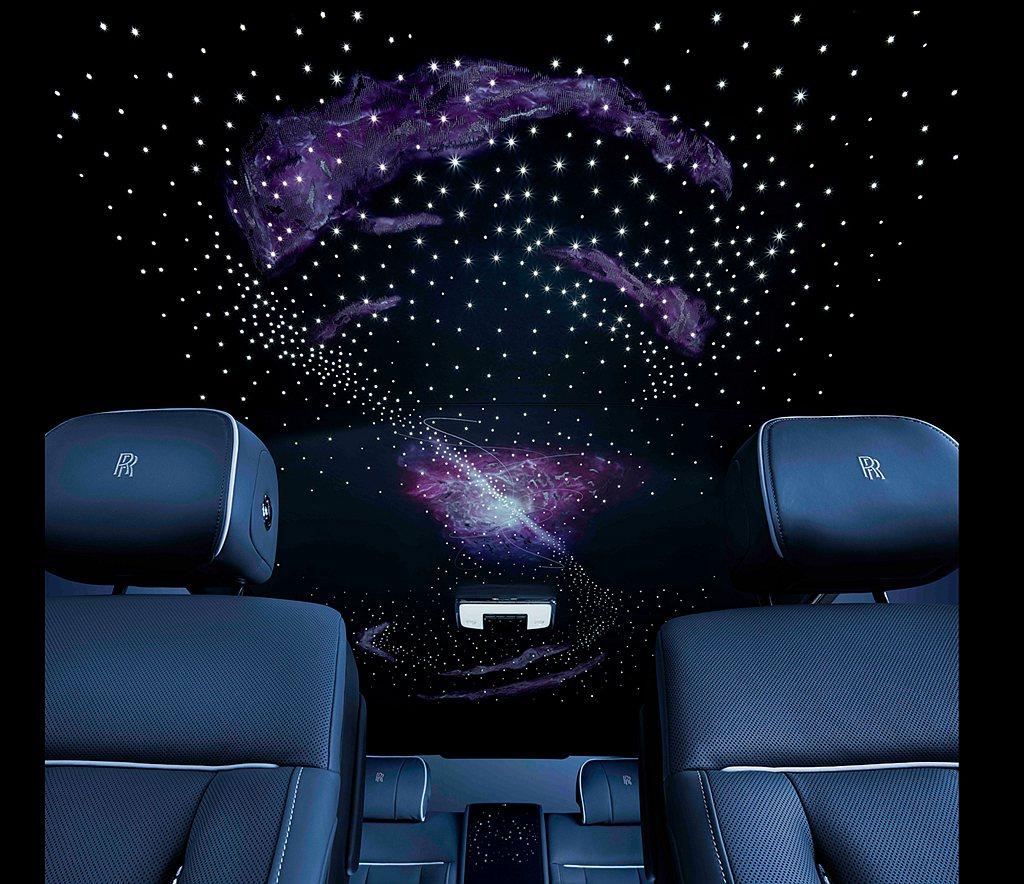 車內頂篷設計由細膩的光纖照明與精緻的Bespoke高級定制刺繡所融貫而成,從而打...