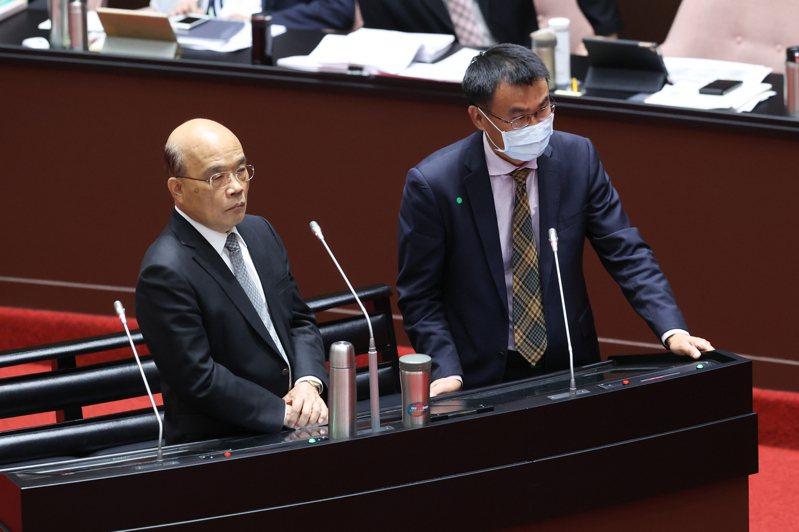 行政院長蘇貞昌(左)與農委會主委陳吉仲(右)今(26日)到立法院進行備詢。記者葉信菉/攝影