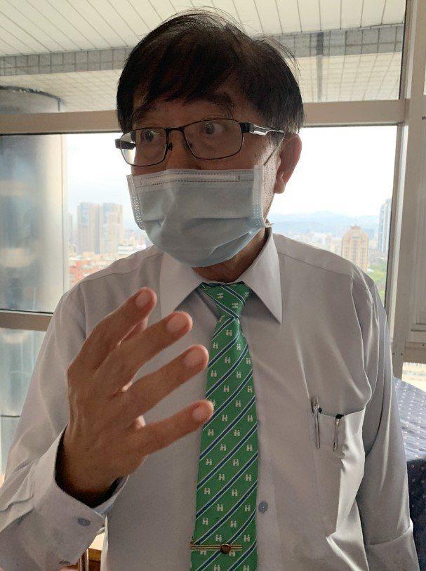 健保署長李伯璋表示,NGS對於患者有其必要性,但健保費用採取總額管制,目前朝向先...
