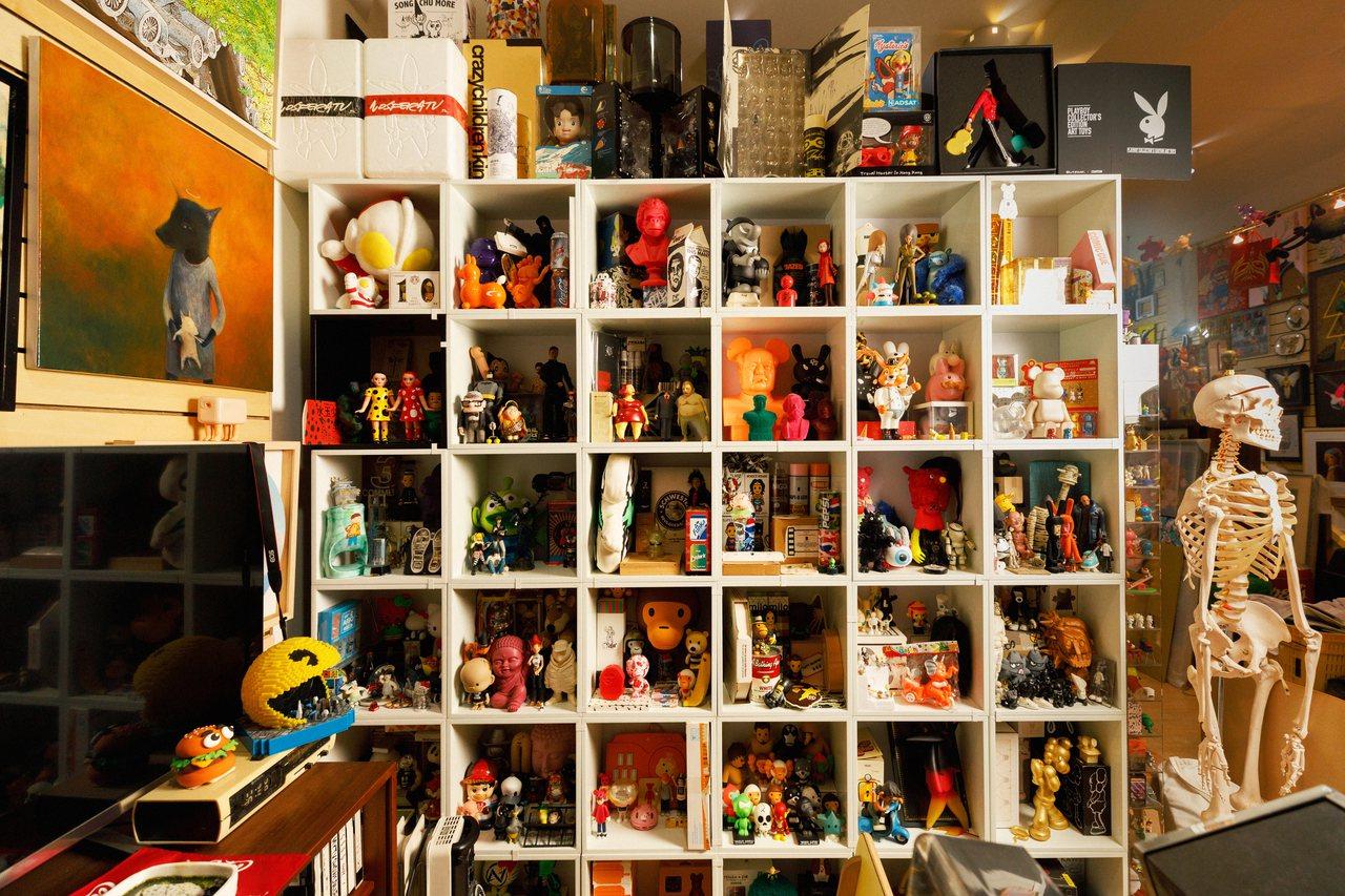 黃子佼工作室裡的收藏櫃,放滿他從各地買回來的公仔,他說退休後有這些收藏品陪伴,他...