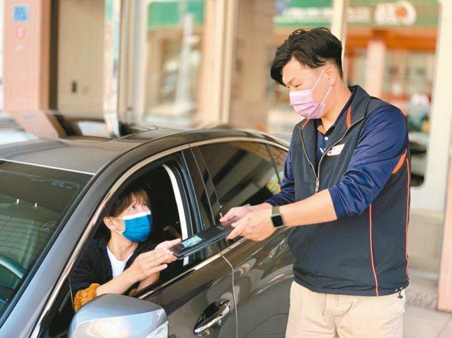 在服務人員親切協助下取車,迅速出發前往度假目的地。 圖/陳志光、游慧君