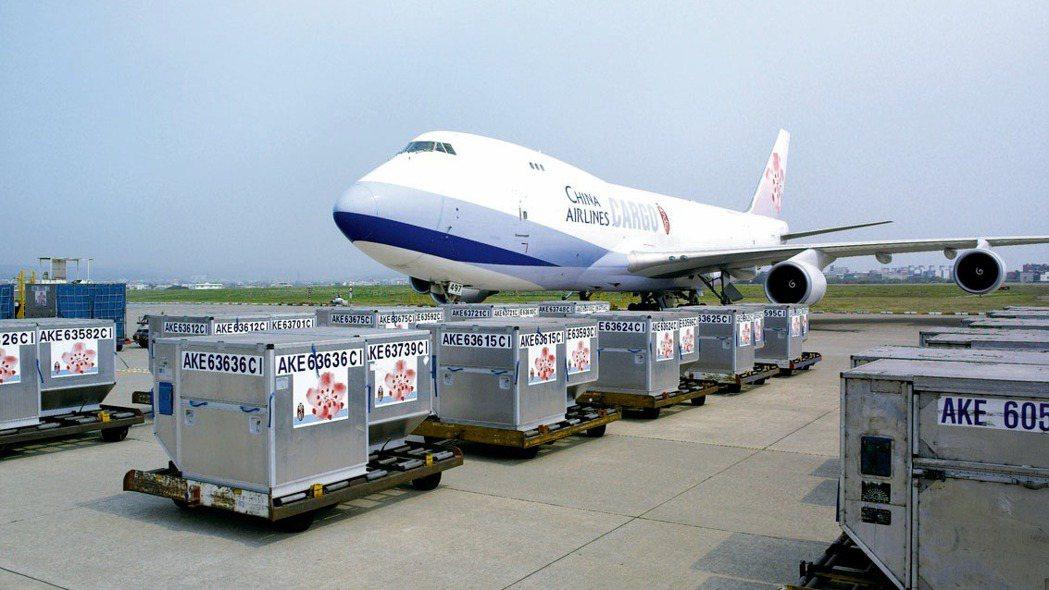 昨天(25日)傳出華航(2610)、長榮航宣布調漲3月航空貨運價格後,盤中就激勵...