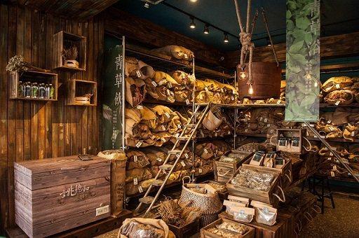 老字號青草店「姚德和」轉身氣質木作老舖。 臺北市商業處/提供